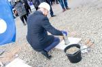 Saaremaa Gümnaasiumi Ivo Visak poetab ajakapsli nurgakivi sisse
